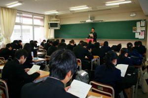 各教室で校長訓話のプリントを読む